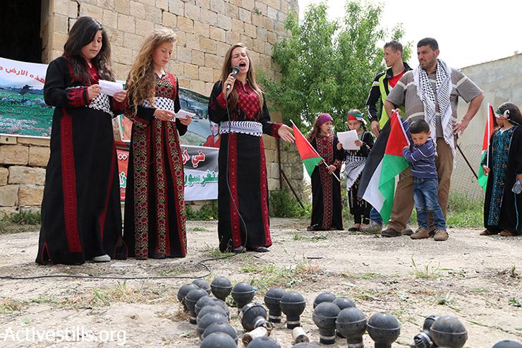 ילדות פלסטיניות שרות במהלך הפגנת יום האדמה בכפר נבי סאלח, 28 במרץ, 2015. (אקטיבסטילס)