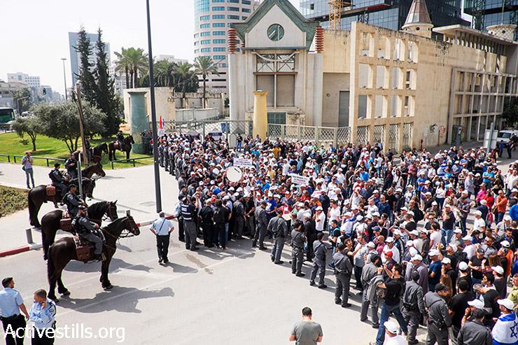פועלים מפגינים נגד התוכנית לפיטור מאות עובדי כיל, מול משרדי החברה בתל אביב, 10 במרץ, 2015. (אקטיבסטילס)
