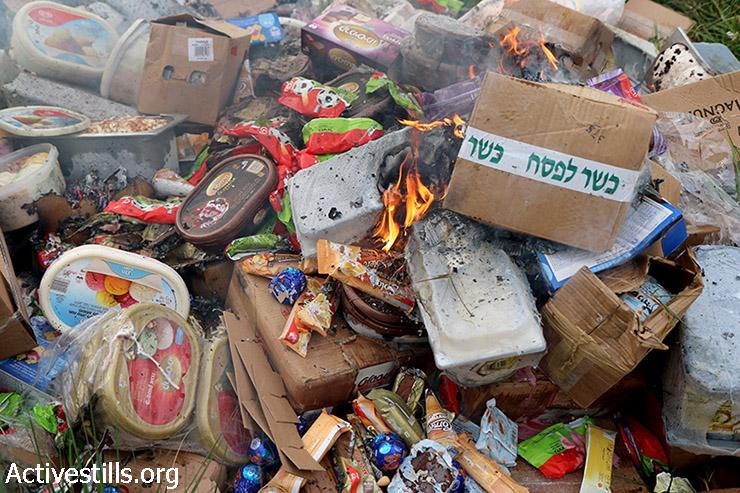מוצרי מזון ישראלים נשרפים לאחר שהוחרמו ממשאית של חברת שטראוס בעיר שכם, 11 במרץ, 2015. פעולת החרמת ושריפת המוצרים הישראלים התרחשה כחלק מתוכנית החרם הפלסטינית, אשר הוכרזה בעקבות הקפאת הזרמת הכספים מישראל לרשות הפלסטינית. ישראל הפסיקה את הזרמת הכספים בעקבות פניית הפלסטינים לבית הדין הבינ״ל בקריאה להכרה בפשעי מלחמה שמבצעת ישראל. (אקטיבסטילס)