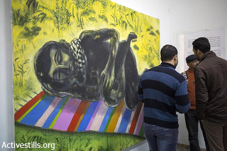 פתיחת התערוכה ״חלומות פשוטים״ של האומן הפלסטיני ראאד עיסא בגלריית אלטיק בעזה, 23 במרץ, 2015. בתערוכה הוצגו גם עבודות שניזוקו בעקבות הפצצת ביתו בקיץ 2014. (אקטיבסטילס)