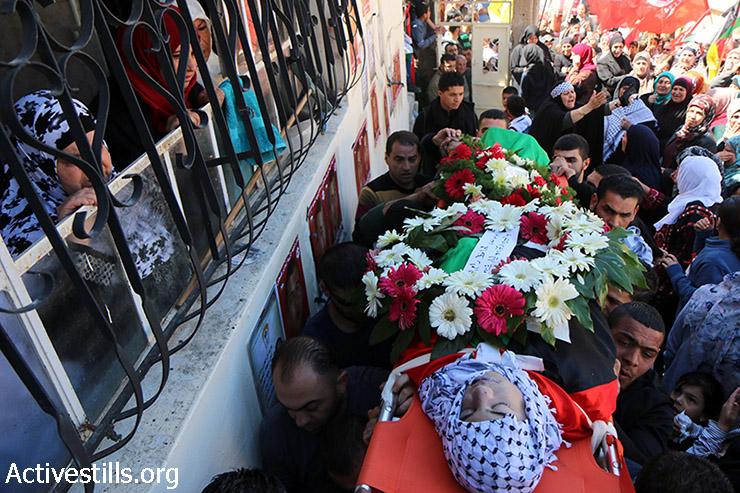 הלוויתו של עלי סאפי במחנה הפליטים ג'ילזון, 26 במרץ, 2015. סאפי, בן 20, נורה בנשק חי ע״י חיילים במהלך עימותים סמוך למחנה הפליטים ב-18 במרץ. הוא פונה לבית החולים ברמאללה ומת מפצעיו 7 ימים מאוחר יותר. סוכנות הידיעות מען דיווחה כי העימותים התרחשו בעקבות כוונת ישראל לבנות את חומת ההפרדה בין ההתנחלות בית-אל למחנה הפליטים. (אקטיבסטילס)