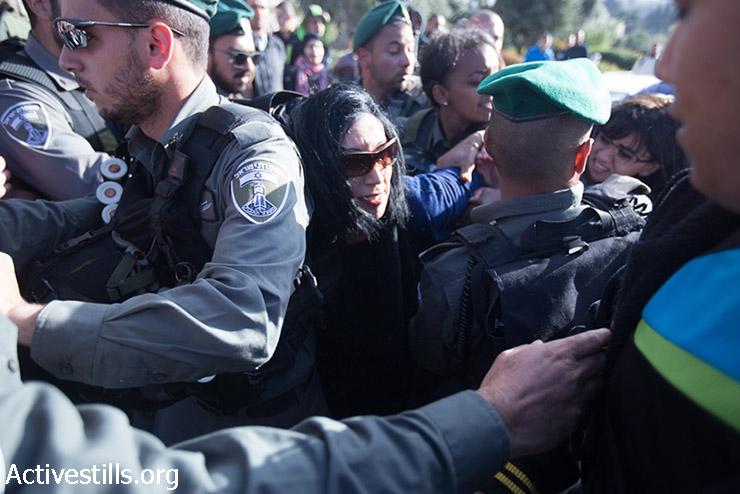 הפגנת יום האדמה מחוץ לעיר העתיקה בירושלים, 30 במרץ, 2015. המפגינים החלו צעדה משער שכם אשר פוזרה בכח ע״י המשטרה. (אקטיבסטילס)