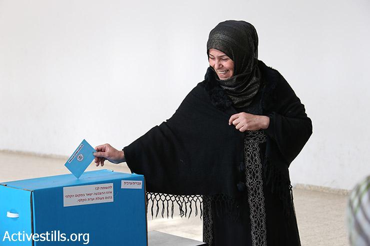 מצביעה בבחירות לכנסת ה-20 בקלפי באום אל פאחם, 17במרץ, 2015. (אקטיבסטילס)