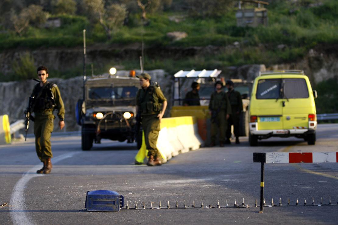 מחסום צבאי שחוצץ בין חלקים שונים בגדה (אקטיבסטילס)