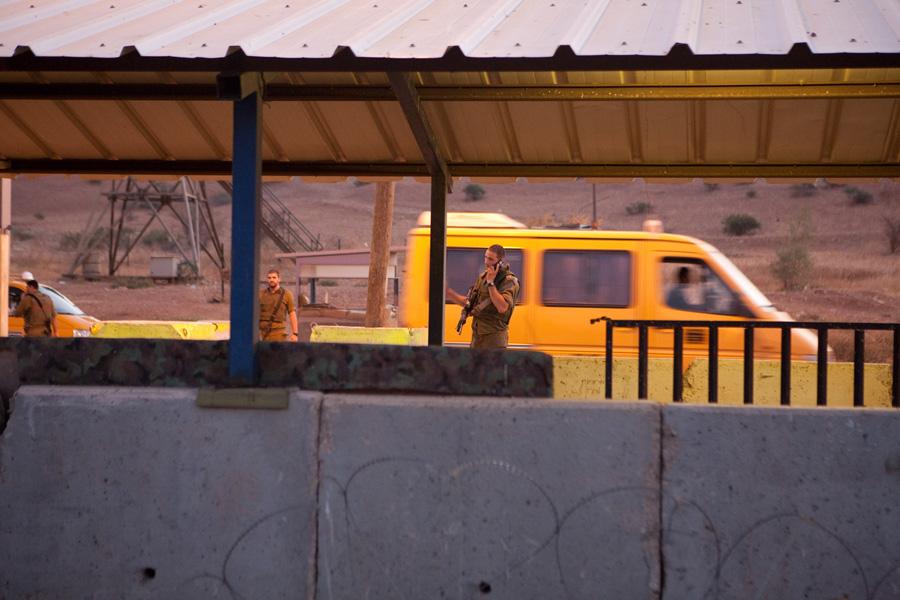 מונית פלסטינית חוצה מחסום צבאי בגדה המערבית (אקטיבסטילס)