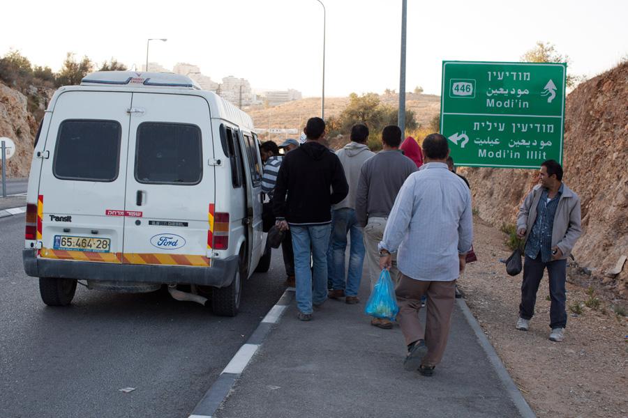 עובדים פלסטינים נכנסים למונית שירות מאולתרת בגדה המערבית (אקטיבסטילס)