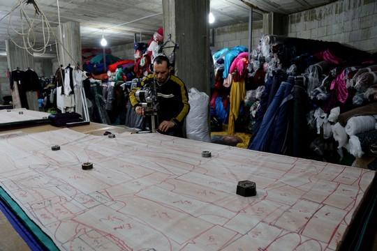 """מפעל טקסטיל בעזה (צילום באדיבות ארגון """"גישה"""")"""