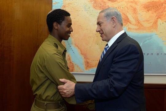 בנימין נתניהו עם החייל יוצא אתיופיה דמאס פיקדה (חיים צח / לעמ)