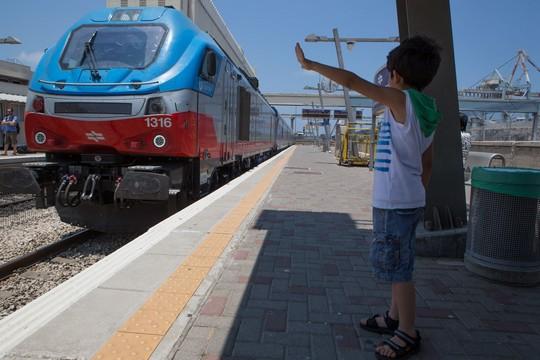 נפלאות התחבורה הציבורית. ילד בתחנת רכבת חיפה (בסאם אלמוהור)