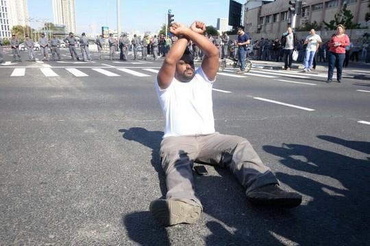 מפגינים יוצאי אתיופיה ותומכים חוסמים את צומת עזריאלי בתל אביב (יותם רונן/אקטיבסטילס)