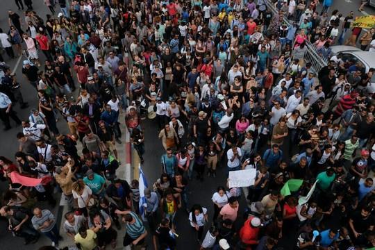 אלפי מפגינים יוצאי אתיופיה ותומכים חוסמים את כבישים מרכזיים בתל אביב (יותם רונן/אקטיבסטילס)