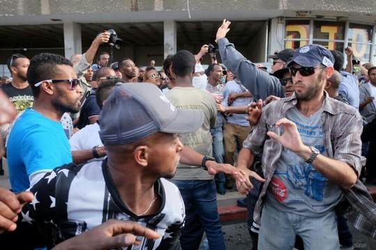 עימותים בין שוטרים למפגינים. אלפי מפגינים יוצאי אתיופיה ותומכים חוסמים את כבישים מרכזיים בתל אביב (יותם רונן/אקטיבסטילס)