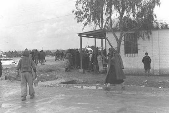 הורים מעולי תימן מחכים לבקר את ילדיהם שהועברו לבית החולים במחנה ראש העין, בתקופת הקור והשלג של פברואר 1950