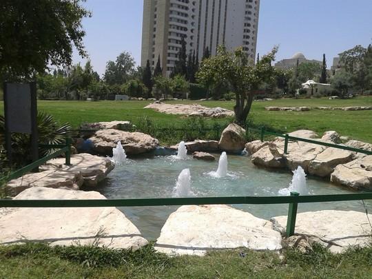 אסטטיקה על חורבות בית הקברות. גן העצמאות בירושלים