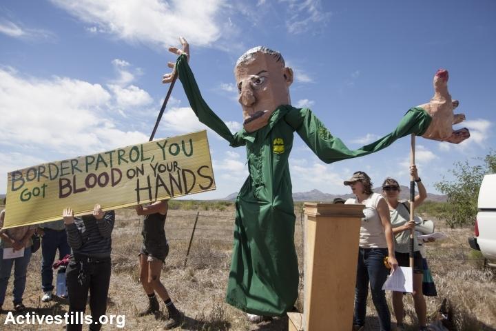 """תושבים מפגינים נגד המיליטריזציה של גבול ארה""""ב-מקסיקו. (צילום: שחר פולקוב/אקטיבסטילס)"""