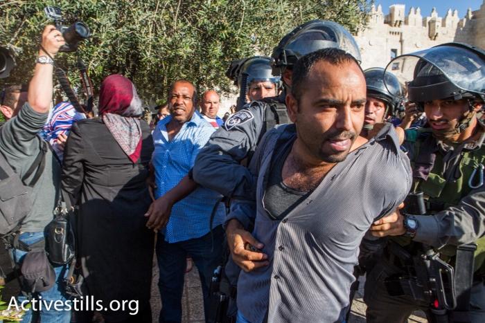 מפגין נגד מצעד הדגלים נעצר על ידי שוטרים ליד שער שכם (יותם רונן / אקטיבסטילס)