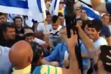 משתתפי מצעד הדגלים תוקפים צלמי עיתונות פלסטינים (מתוך סרטון של אלחנן מילר, Times of Israel)