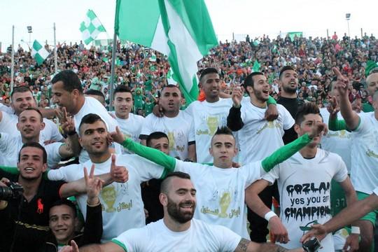 אוהדי אל-זאהיריה חוגגים אליפות עונת 2014-2015.