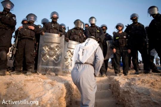 שוטרים ותושב בדואי בזמן פינוי הכפר אל-ערקיב (אקטיבסטילס)