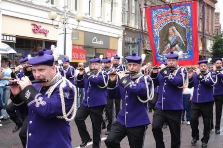 מצעד הדגלים במרכז בלפסט, צפון אירלנד (rovingI CC BY 2.0)