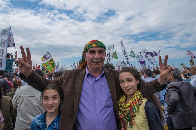 אב כורדי ובנותיו באסיפת בחירות של ה-HDP באיסטנבול  צילום: Julia Buzaud   (Flickr, CC BY 2.0)