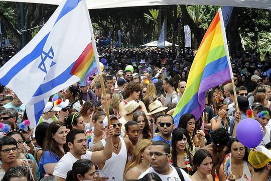"""דגל ישראל לצד דגל גאווה במצעד הגאווה בתל אביב (צילום: שגרירות ארה""""ב CC BY-SA 2.0)"""