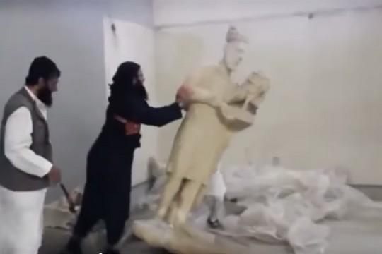 אנשי דאעש הורסים מוזיאון במוסול (צילום מסך)