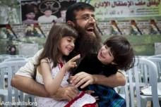 ח'דר עדנאן עם ילדיו לאחר שחרורו באפריל 2012 בתום שביתת רעב בת 66 ימים (אורן זיו/אקטיבטילס)