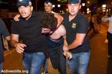 שוטרים עוצרים מפגין בצעדה נגד הגז (יותם רונן / אקטיבסטילס)