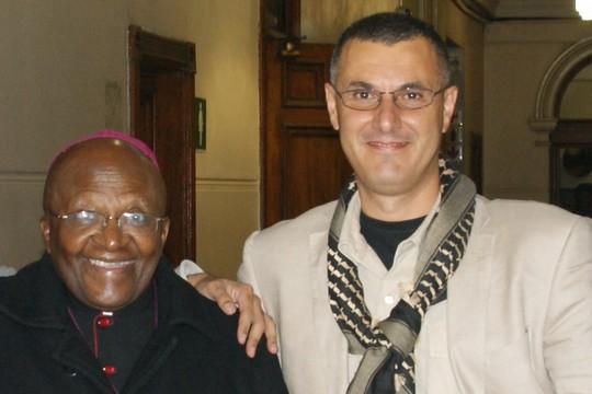עומר ברגותי עם הארכיבישוף דזמונד טוטו (יזיד כמאל אלדין)