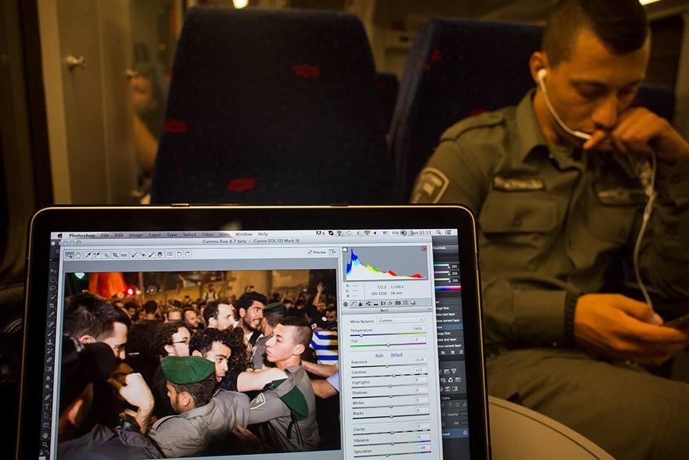 """שוטר מג""""ב ברכבת לחיפה, מוצאי שבת. רגעים לפני כן השתתף בפיזור הפגנת שוד הגז בתל אביב (אורן זיו / אקטיבסטילס)"""