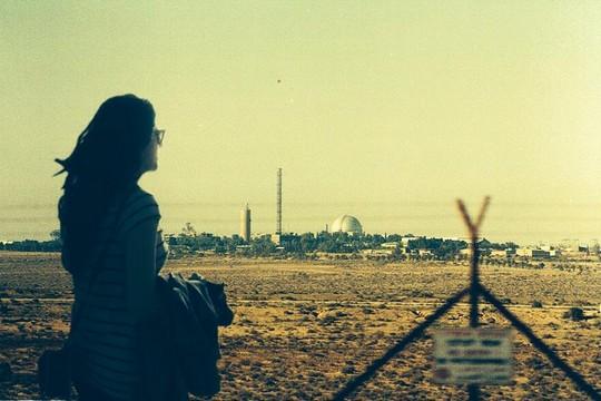 מיטל אבוקסיס על רקע הכור הגרעיני בדימונה (צילום באדיבות מיטל אבוקסיס)