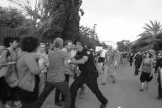 """רפ""""ק עופר דרור דוחף מפגינים בהפגנת שייח' ג'ראח (אמיר ביתן)"""