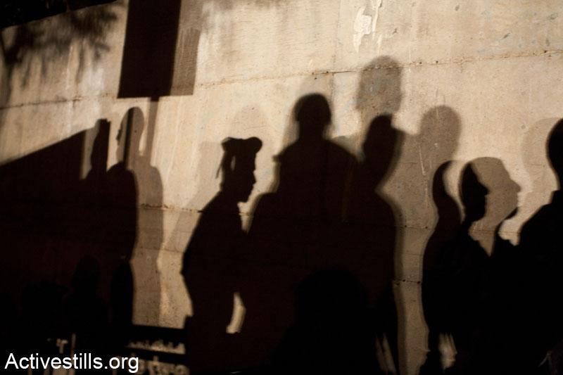 צילם של שוטרי מג״ב ופעילות על קיר ביתו של שר האוצר דאז, יאיר לפיד בתל אביב במהלך הפגנה נגד הפרטת הגז. 15 ביוני 2013. (קרן מנור/ אקטיבסטילס)