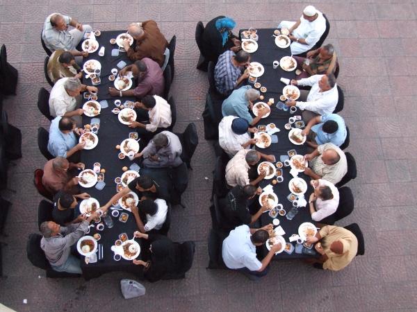 ארוחת שבירת צום רמדאן ברחוב על שפת הנילוס, קהיר (חגי מטר)