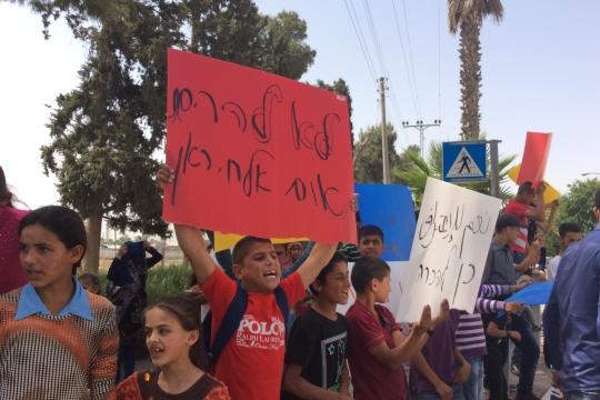 ילדי הכפר אֻםּ אַל-חִירָאן מפגינים מחוץ לדיון בבית משפט השלום בקריית גת, 25.05.2015 (מיכל רותם)