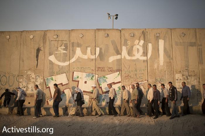 פלסטינים מעל גיל 40 בדרך למחסום קלנדיה, חודש הרמדאן (אורן זיו / אקטיבסטילס)