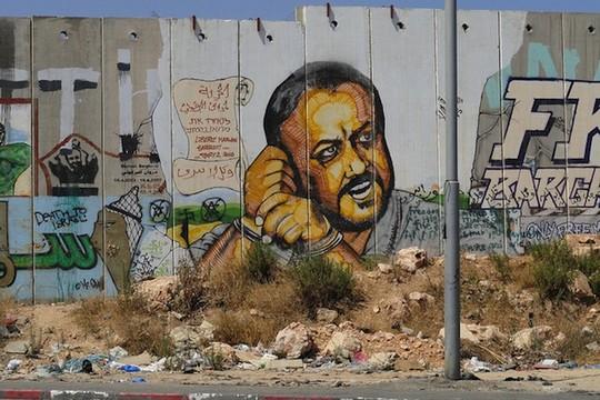 גרפיטי של מרוואן ברגותי על חומת ההפרדה, ליד רמאללה (SP FotoCC BY NC-ND 2.0)
