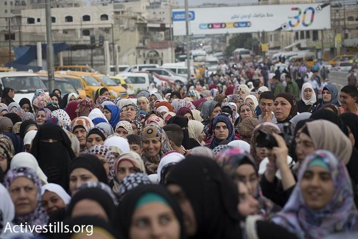 נשים עוברות במחסום קלנדיה, חודש הרמדאן (אורן זיו / אקטיבסטילס)