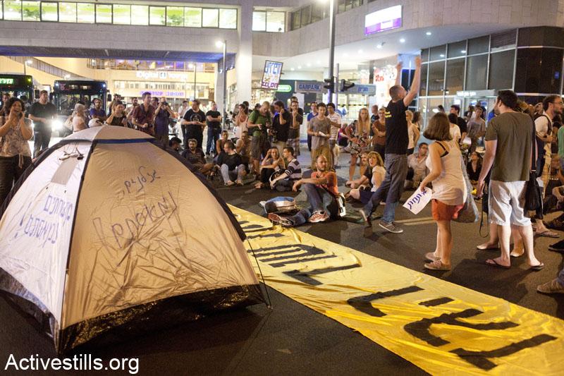 מפגינות חוסמות את צומת דיזנגוף סנטר בתל אביב במהלך הפגנה נגד הפרטת הגז. 19 ביוני 2013. (קרן מנור/ אקטיבסטילס)