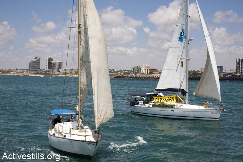 סירות לוקחות חלק במשט נגד הפרטת הגז. המשט יצא מחופי הרצליה ושייט כמה קילומטרים בים התיכון. 15 ביוני 2013. (קרן מנור/ אקטיבסטילס)