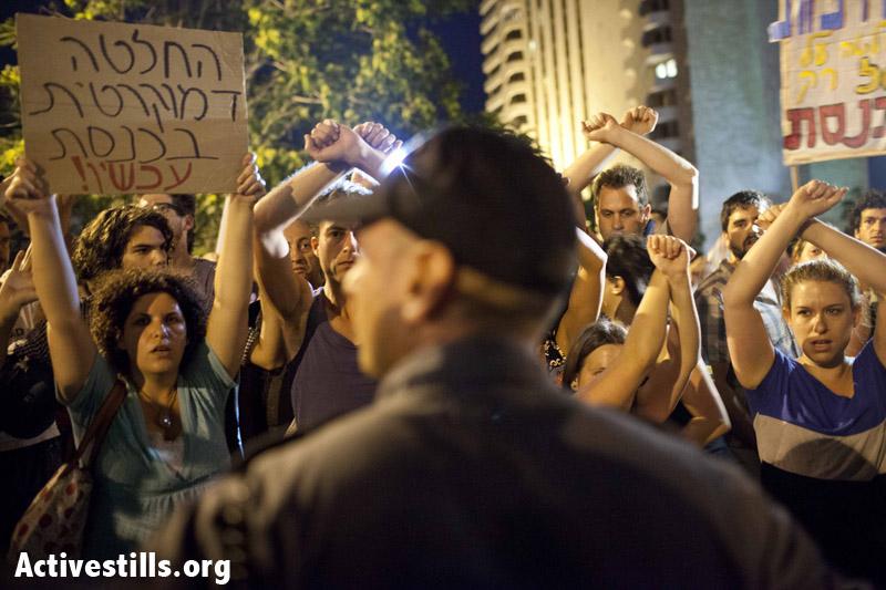 פעילות חוסמות כבישים במרכז ירושלים המערבית במהלך הפגנה נגד כוונת המדינה להפריט את משאבי הגז הטבעי שנמצאו בים התיכון. 22 ביוני 2013. (טלי מאייר/ אקטיבסטילס)
