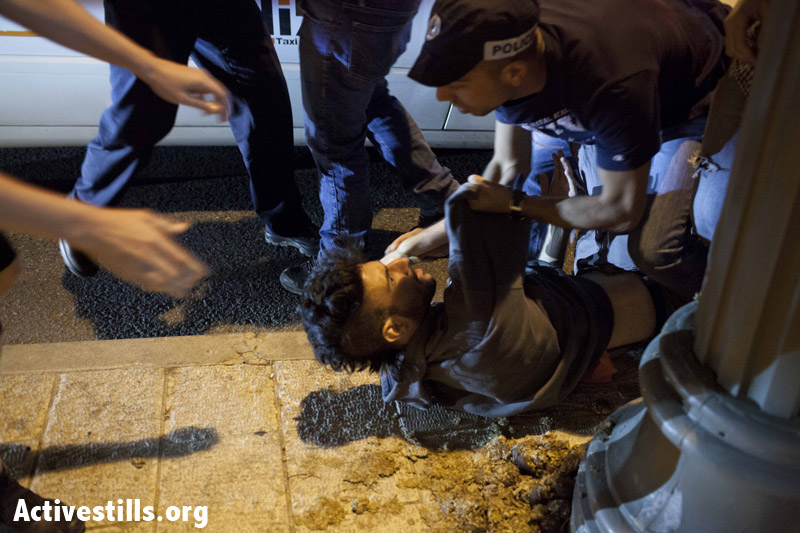 שוטרים עוצרים פעיל במהלך ההפגנה בירושלים. באותו הפגנה נעצרו תשעה מפגינים. 22 ביוני 2013. (טלי מאייר/ אקטיבסטילס)