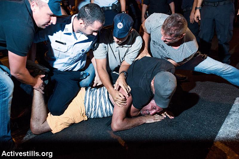 שוטרים עוצרים מפגין במהלך הפגנה האחרונה בתל אביב. במהלך ההפגנה נחסמו כבישים רבים לשעות ארוכות ובמקום נעצרו לפחות שישה מפגינים, אך חלקם שוחררו מאוחר יותר בשטח, ורק ארבעה מהם נלקחו לתחנת המשטרה, שם נחקרו בחשד לתקיפות שוטרים. (יותם רונן/ אקטיבסטילס)