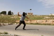 זורק אבנים, הפגנה בכפר נבי סאלח (אחמד אל-באז / אקטיבסטילס)