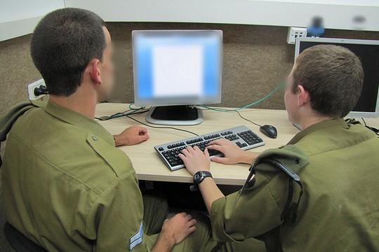 """מה מסמיך את הצבא לנטר רשתות חברתיות? (צילום: דובר צה""""ל)"""