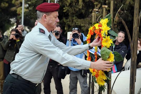 """בני גנץ מניח זר בבית עלמין צבאי (צילום: דובר צה""""ל)"""