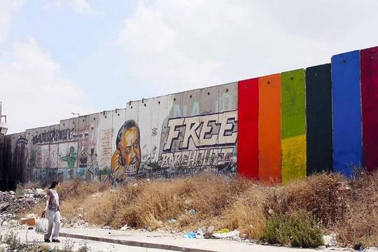 צבעי הגאווה על חומת ההפרדה. עבודתו של האמן ח'אלד ג'ראר (צילום: ח'אלד ג'ראר)