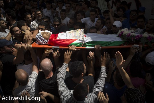 אבלים נושאים את גופתו של מוחמד אבו לטיפה לכיוון ביתו. קלנדיה, 27 ביולי 2015 (אורן זיו/אקטיבסטילס)