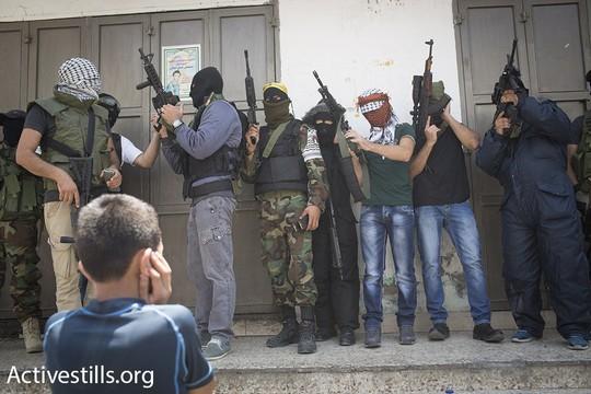 ילדים צופים על חמושים שיורים במהלך מסע הלוויתו של מוחמד אב לטיפה. קלנדיה, 27 ביולי 2015 (אורן זיו/אקטיבסטילס)